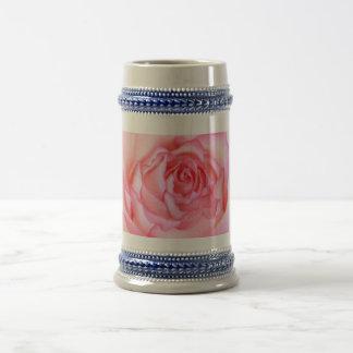 Cierre hermoso, rosado del rosa para arriba jarra de cerveza