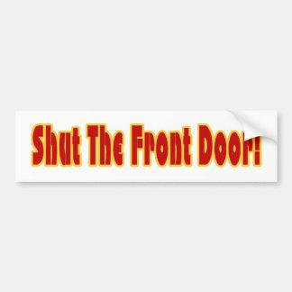 Cierre la puerta principal etiqueta de parachoque