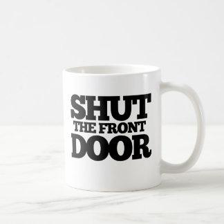 Cierre la puerta principal taza clásica