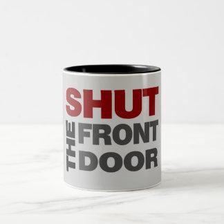 Cierre la puerta principal taza de dos tonos
