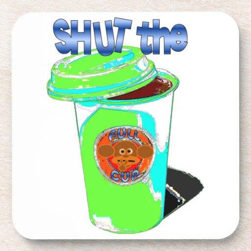 Cierre la taza llena posavaso