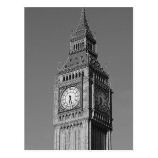 Cierre negro del blanco encima de la torre de postal
