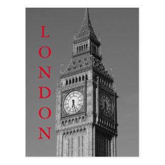 Cierre negro del blanco encima de la torre de tarjetas postales