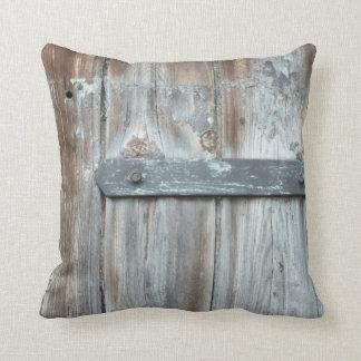 Cierre oxidado viejo en la madera vieja cojin