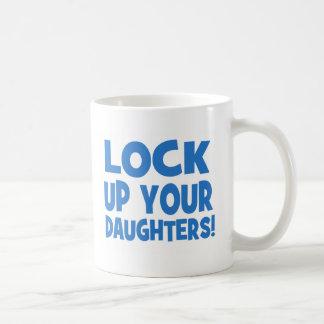 ¡Cierre para arriba a sus hijas! Taza Básica Blanca