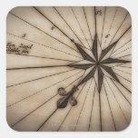 Cierre para arriba del rosa de viento en mapa pegatinas cuadradas