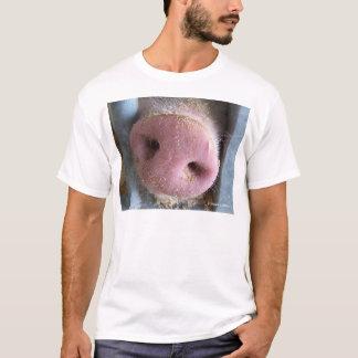 Cierre rosado de la nariz del cerdo encima de la playera
