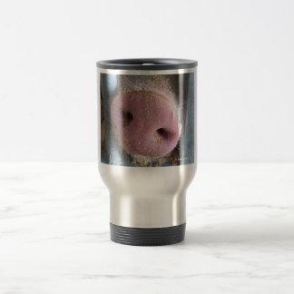 Cierre rosado de la nariz del cerdo encima de la taza de viaje