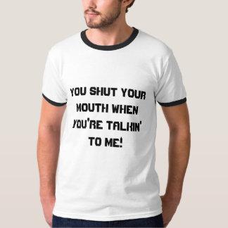 Cierre su camiseta de la boca playera
