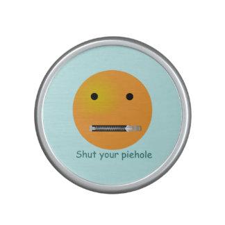 Cierre su cara sonriente del agujero de la altavoz bluetooth