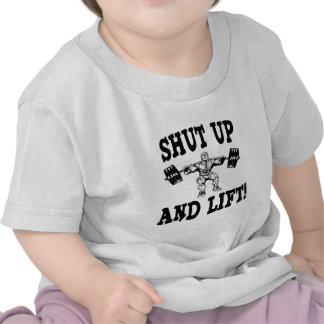 Cierre y levante el levantamiento de pesas camiseta