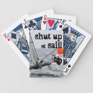 Cierre y navegue el barco de vela del catamarán cartas de juego