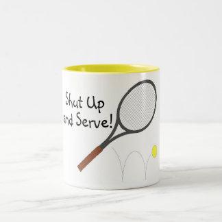 Cierre y sirva el tenis taza de café