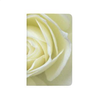 Ciérrese encima de los detalles del rosa blanco cuadernos
