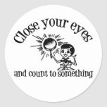 Ciérrese los ojos y cuente algo pegatina redonda