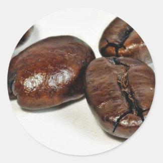 Ciérrese para arriba de algunos granos de café pegatina redonda