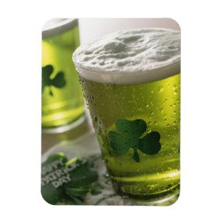 Ciérrese para arriba de bebidas con los tréboles s imanes flexibles