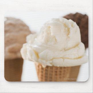 Ciérrese para arriba de diversos conos de helado alfombrillas de ratones
