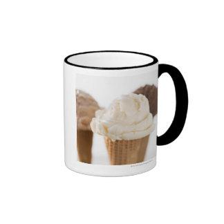 Ciérrese para arriba de diversos conos de helado taza
