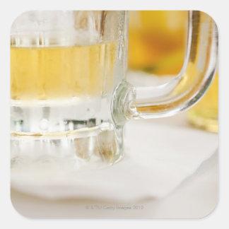 Ciérrese para arriba de la cerveza en vidrio pegatina cuadrada