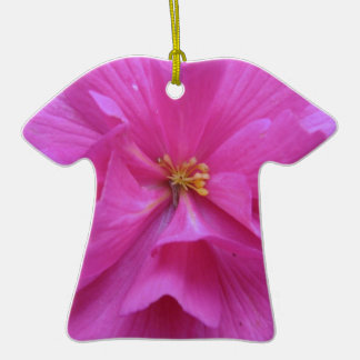 Ciérrese para arriba de la flor rosada adorno de cerámica en forma de playera