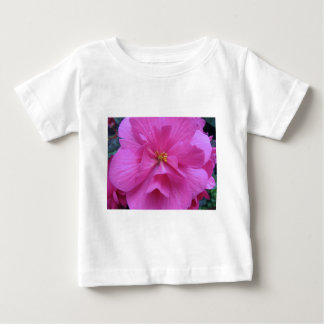 Ciérrese para arriba de la flor rosada polera