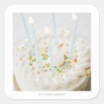 Ciérrese para arriba de la torta de cumpleaños con calcomania cuadrada personalizada