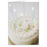 Ciérrese para arriba de la torta de cumpleaños con felicitaciones