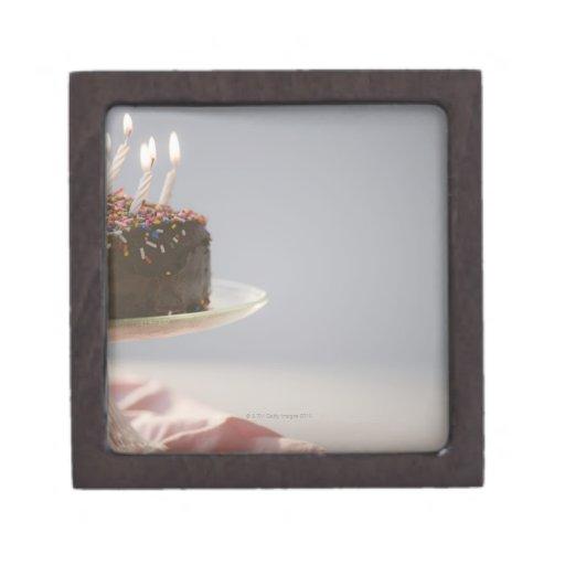 Ciérrese para arriba de la torta de cumpleaños del cajas de recuerdo de calidad
