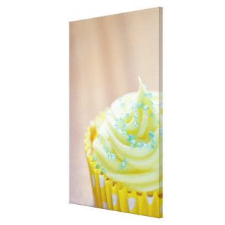Ciérrese para arriba de la torta de la taza que mu impresion en lona