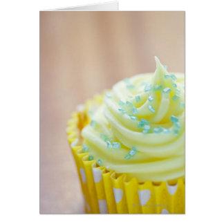 Ciérrese para arriba de la torta de la taza que tarjeta de felicitación