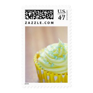Ciérrese para arriba de la torta de la taza que timbres postales
