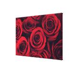 Ciérrese para arriba de las flores del rosa rojo impresiones en lona estiradas