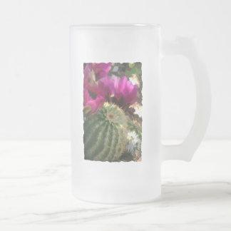 Ciérrese para arriba de las flores rosadas del cac taza