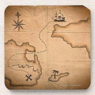 Ciérrese para arriba de mapa del mundo antiguo con posavasos de bebidas