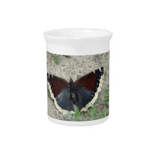 Ciérrese para arriba de mariposa de capa de luto jarra para bebida