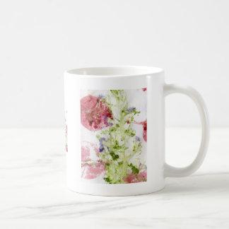 Ciérrese para arriba de rojo verde púrpura roto de taza de café
