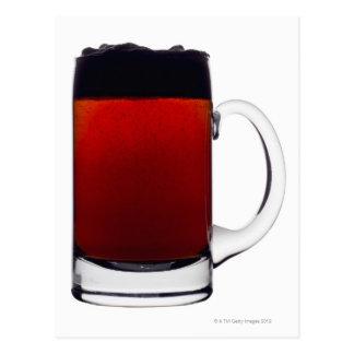 Ciérrese para arriba de un vidrio de cerveza tarjeta postal