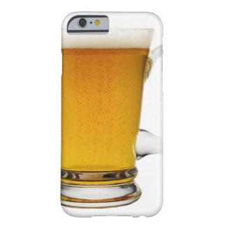 Ciérrese para arriba de un vidrio de la cerveza 2 funda de iPhone 6 barely there