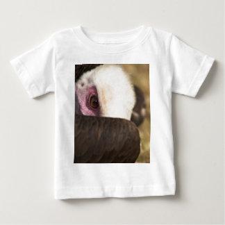 Ciérrese para arriba de una camiseta del niño del