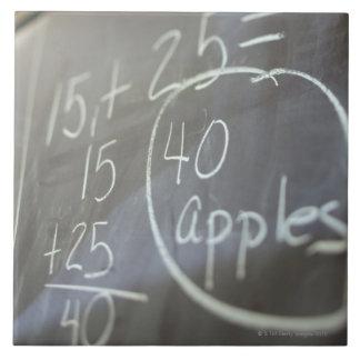 Ciérrese para arriba del problema de matemáticas e azulejo cuadrado grande