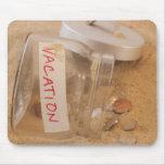 Ciérrese para arriba del tarro con las monedas der mousepads