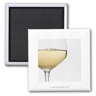 Ciérrese para arriba del vidrio de vino blanco en imán cuadrado