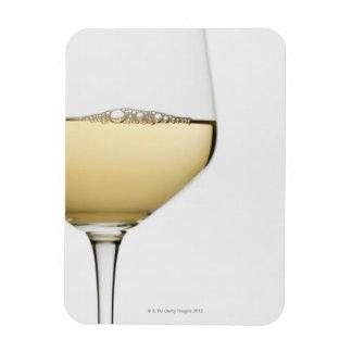 Ciérrese para arriba del vidrio de vino blanco en  imán foto rectangular