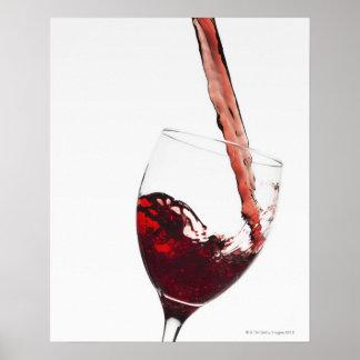 Ciérrese para arriba del vino rojo que es vertido posters