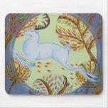 Ciervo blanco de salto alfombrillas de ratón