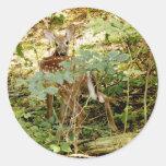 Ciervos atados blanco pegatina redonda