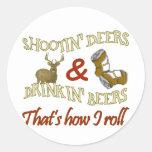 Ciervos de consumición del tiroteo de la cerveza pegatinas redondas
