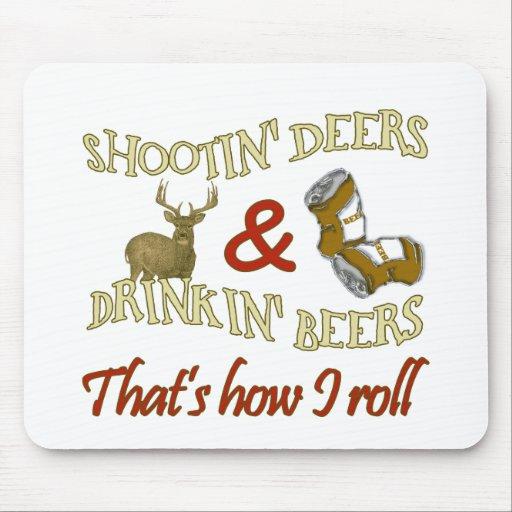 Ciervos de consumición del tiroteo de la cerveza tapete de ratones