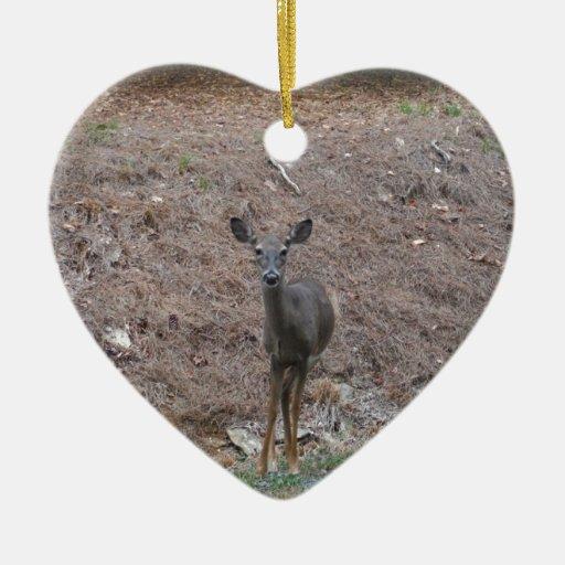 Ciervos de la gama en la paja del pino adorno de cerámica en forma de corazón
